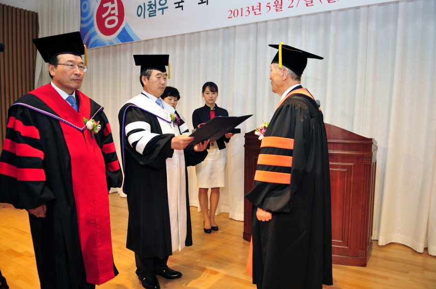 Chairman Mr. Jae-hyung Jung Received An Honorary Doctorate (May 27th, 2013)